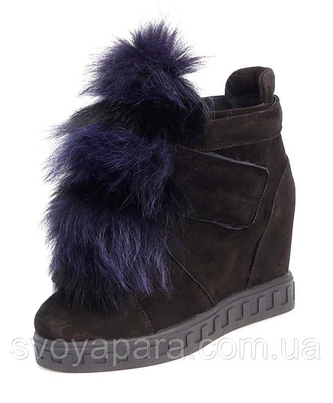 Женские чёрные ботинки сникерсы из натуральной замши с декором из меха с застёжкой липучка