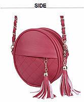 Молодежная сумка на цепочке с украшением брелок-кисточка красного цвета