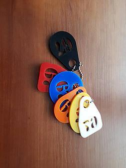 Номерки на ключи из цветного акрила