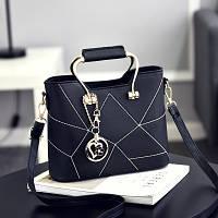 Женская сумочка с металлическим украшением