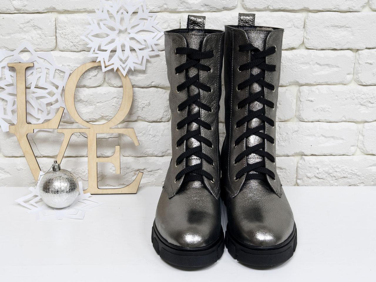 Ботинки женские на шнуровке из натуральной кожи платинового цвета.