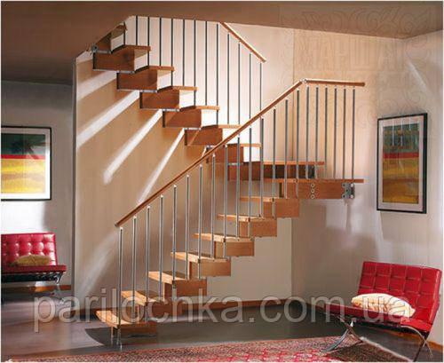 Поворотная деревянная лестница на косоурах