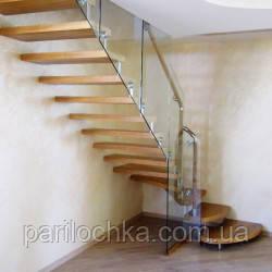 Стеклянная лестница с деревянными ступенями