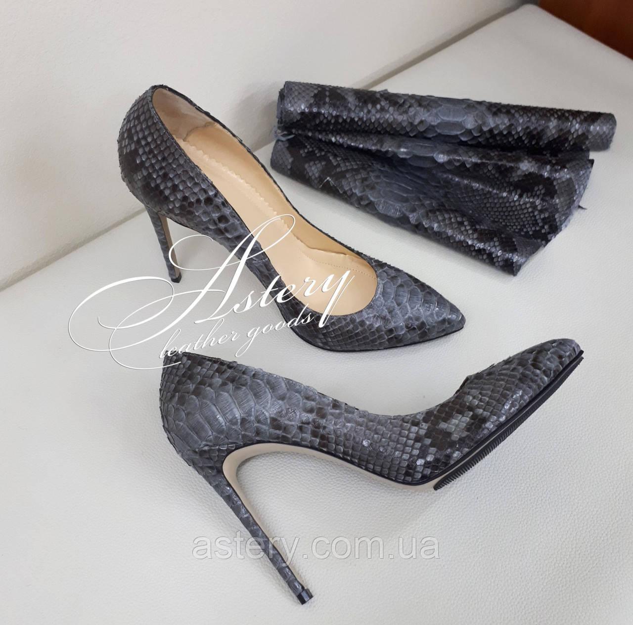 Женские серые туфли на шпильке из питона