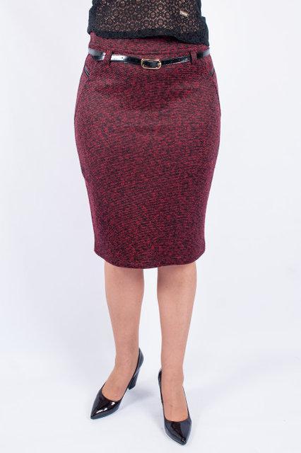 Приталенная бордовая юбка с черным поясом