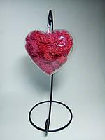 Стеклянное подвесное сердце со стабилизированным мхом красного цвета
