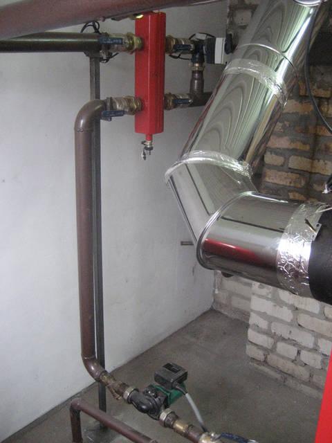 Обвязка  котла  произведена   через гидравлическую стрелку.