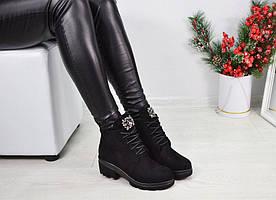 Женские демисезонные чёрные ботинки на шнуровке язычок в камнях на шнуровке на низком ходу