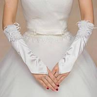 Длинные перчатки-митенки с цветами белого цвета.