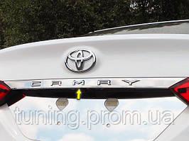 Хром накладка над номерным знаком Toyota Camry 2018