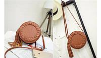 Молодежная сумка  коричневого цвета круглой формы с украшением кисточка
