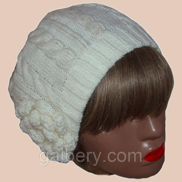 Вязаная женская шапка с цветком жемчужного цвета