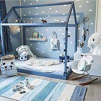 Кровать домик детский напольный из массива дерева с перилами