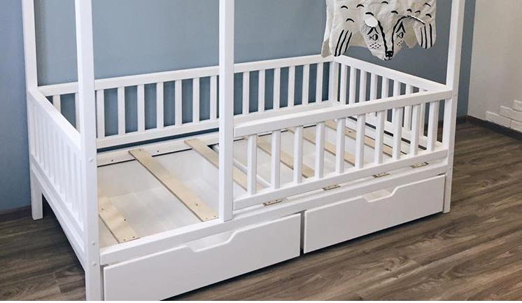Кровать домик детский двухэтажный из массива дерева с выдвижными ящиками