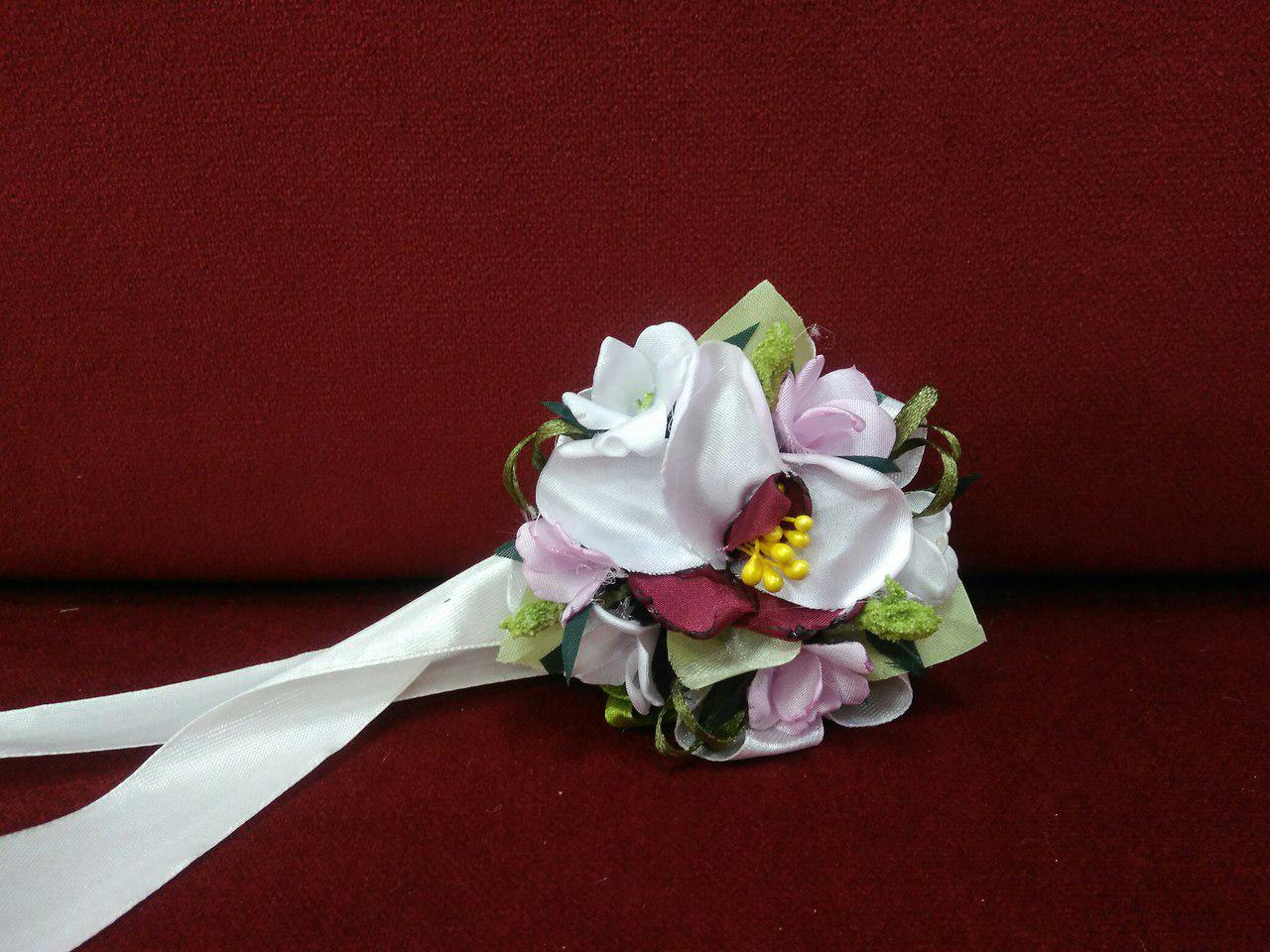 Бутоньерка на руку из орхидеи (цветочный браслет)