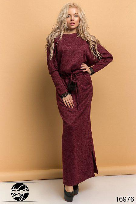 Длинное женское платье с кружевом на спине