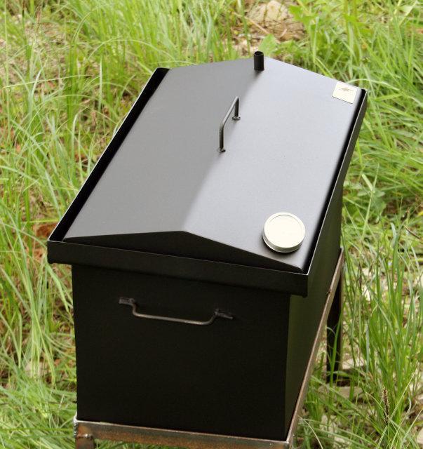 Коптильня двухярусная  окрашенная  с термометром  крышка домик 520x300x310мм