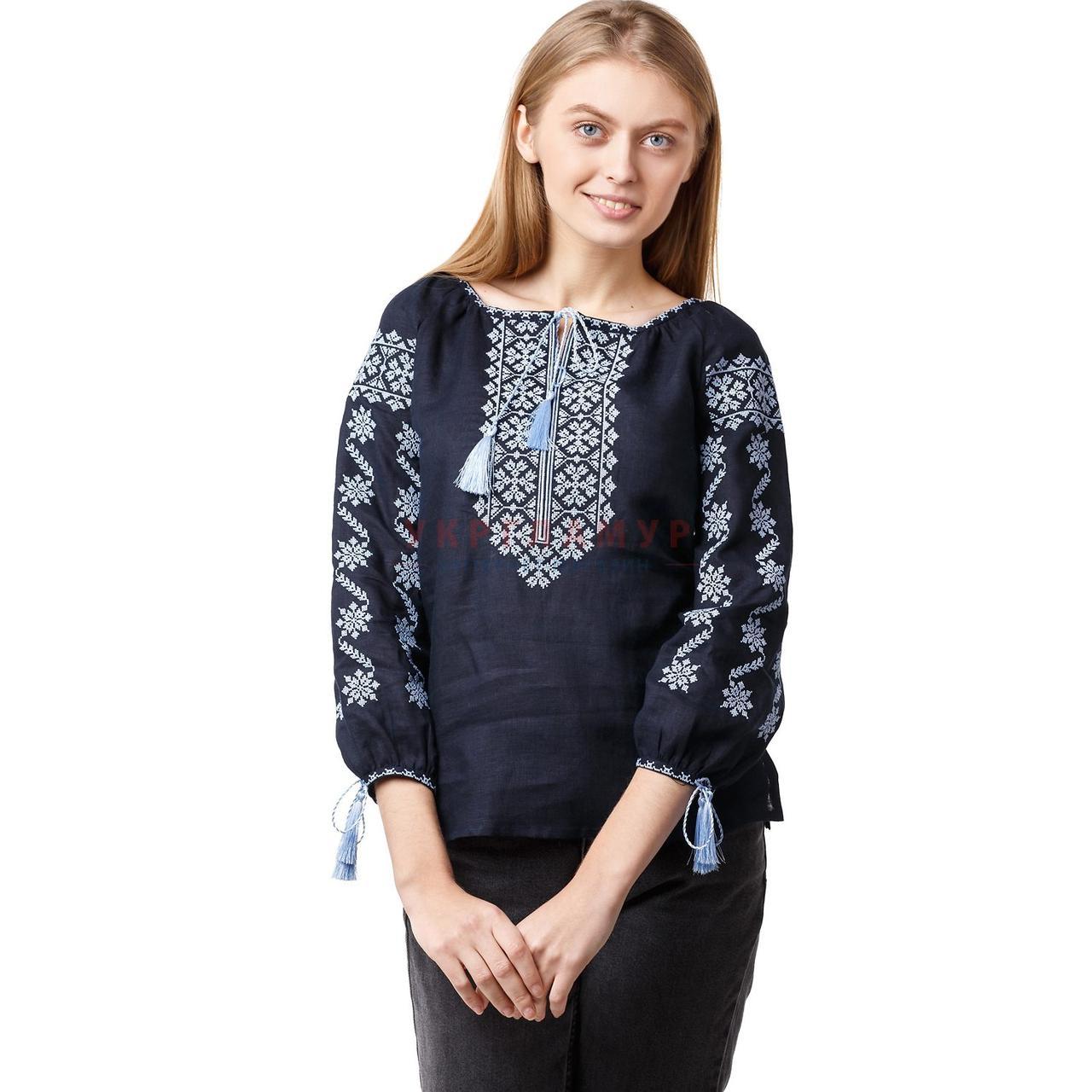 Вышитая темно-синяя женская блуза с голубым орнаментом