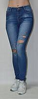 Джинсы голубые с железными кнопками и рванными коленями
