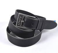 Мужской кожаный ремень черного цвета LEVIS