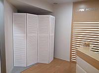 Высокая деревянная ширма белого цвета на 4 секции для магазина одежды и обуви.