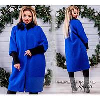 Женское пальто батал с меховым воротником из песца в ярко-синем цвете