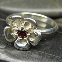 Серебряное кольцо с цветком сакуры и драгоценным камнем гранатом