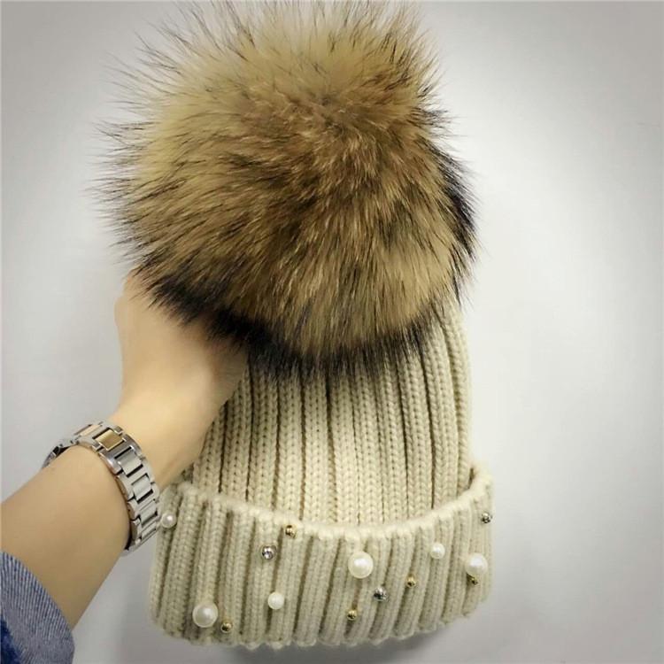 Женская теплая вязаная шапка с меховым бубоном (помпоном) и бусинами бежевая
