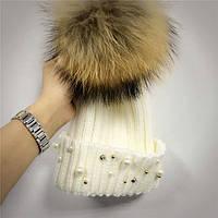 Женская теплая вязаная шапка с меховым бубоном (помпоном) и бусинами белая