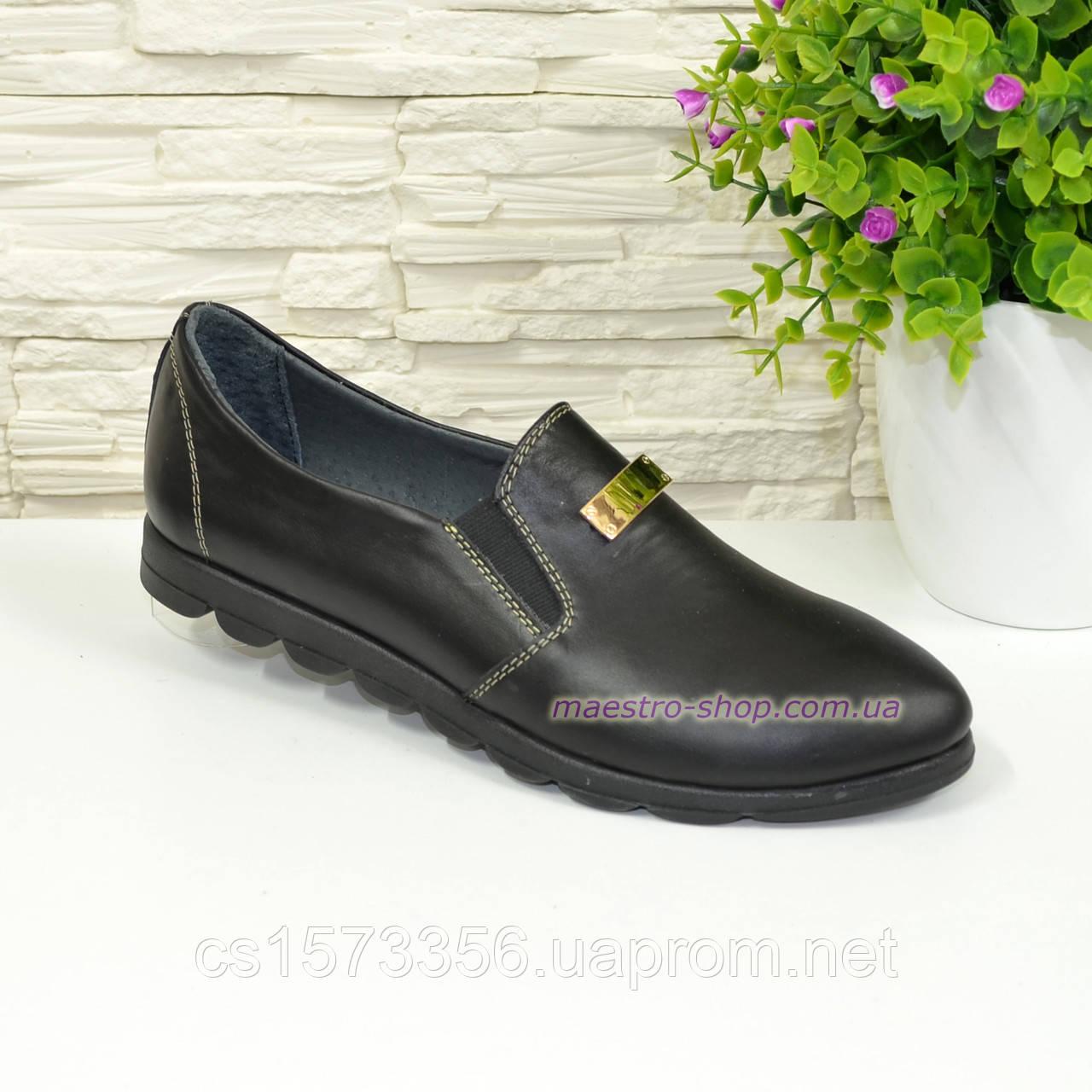 Туфли женские из натуральной кожи черного цвета на плоской подошве, декорированы фурнитурой