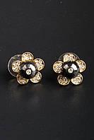 Серьги в форме цветочка со стразами и большим темным камнем