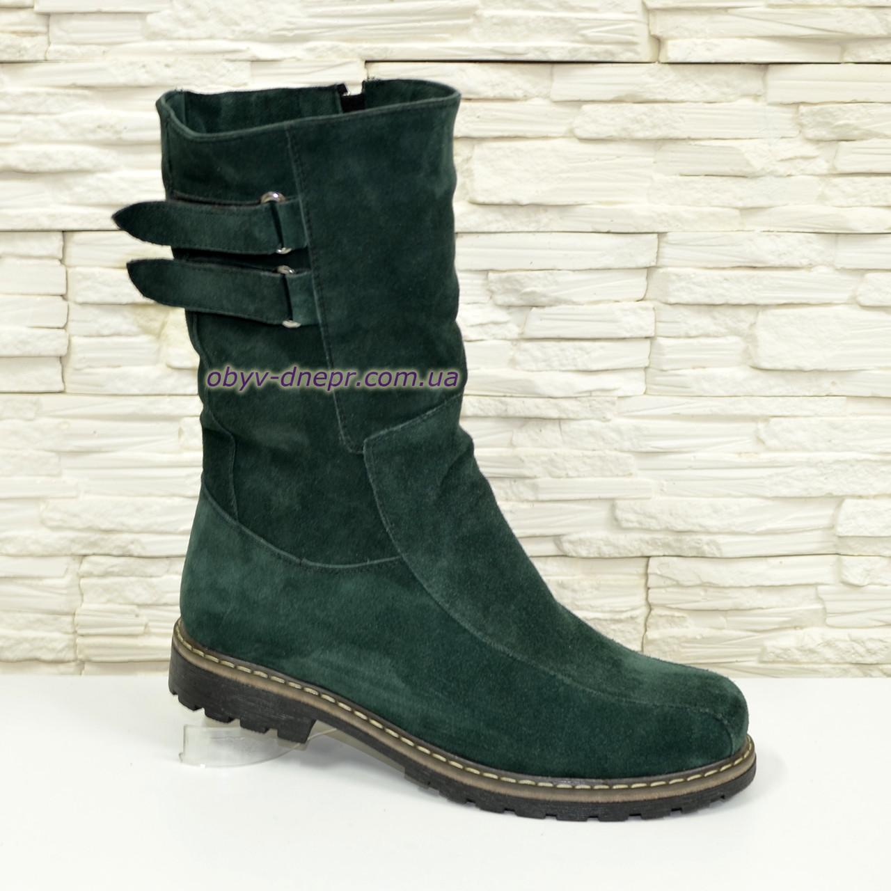 Ботинки демисезонные замшевые женские зеленого цвета.