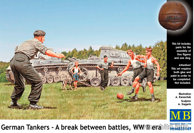 Немецкие танкисты играющие в футбол во время отдыха. 1/35 MB35149