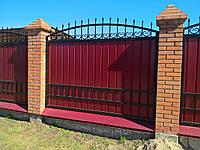 Забор с коваными элементами и профнастилом