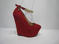 Стильные красные женские туфли на высокой танкетке с цепочкой.