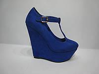 Стильные синие женские туфли на высокой танкетке с перемычкой по подъему.
