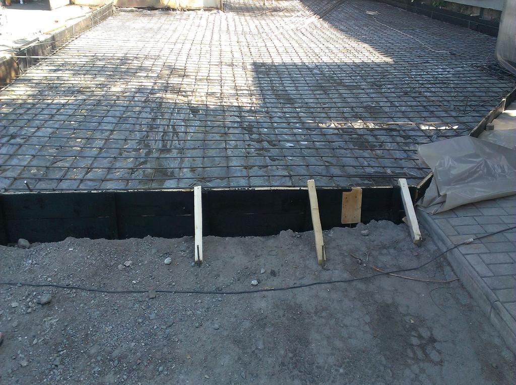 Будущий бетон должен был быть отделён от старого асфальта, чтобы в дальнейшем можно было продолжить работы по бетонированию внутренней территории базы (и впоследствии связать условно старый и условно новый бетон).