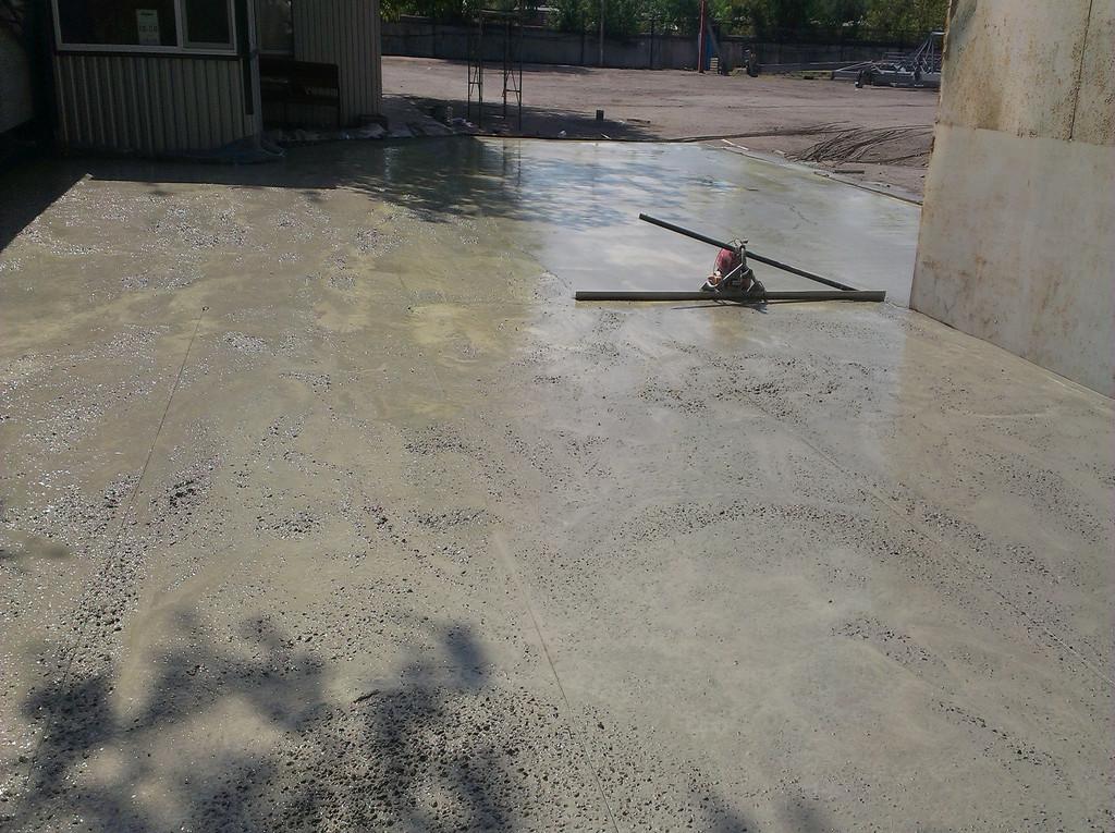Хороший, качественный бетон, позволял укладываться в течении часа после выгрузки (чему немало способствовало и наличие плёнки в нижней части). По окончании выгрузки 3-4 миксеров можно было проходить поверхность плавающе виброрейкой.