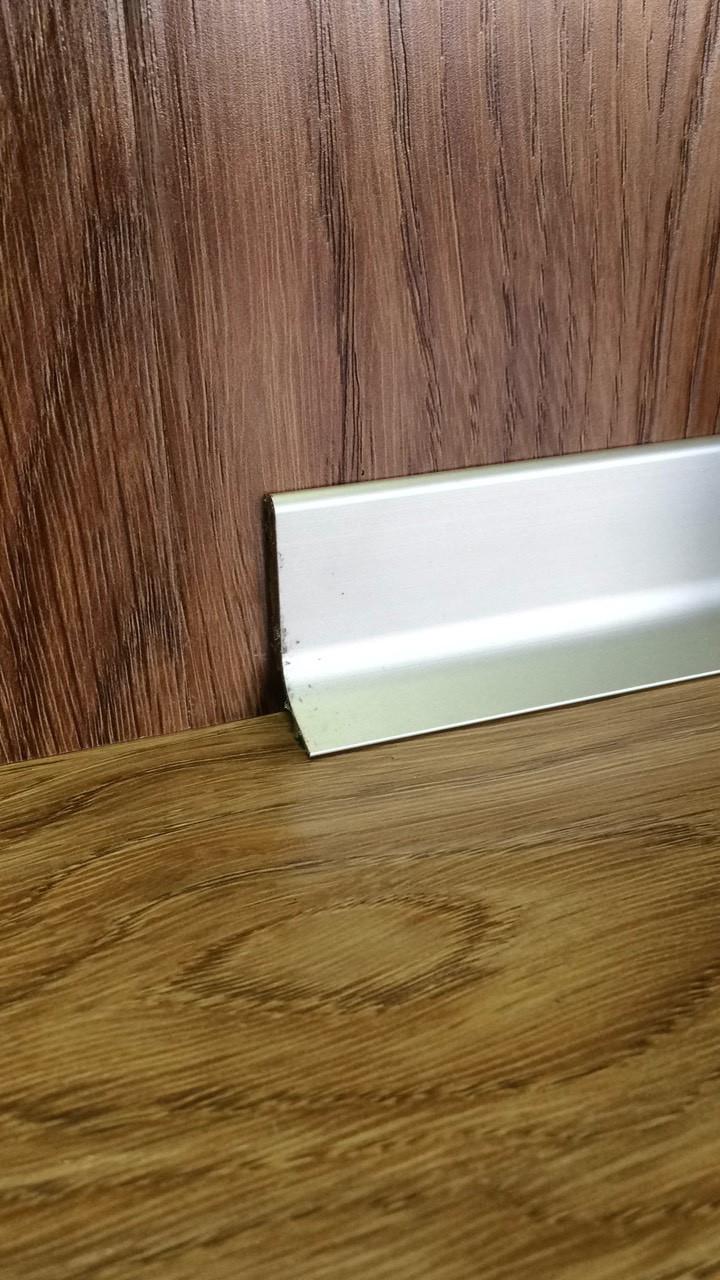 Алюминиевый плинтус накладной Q 63