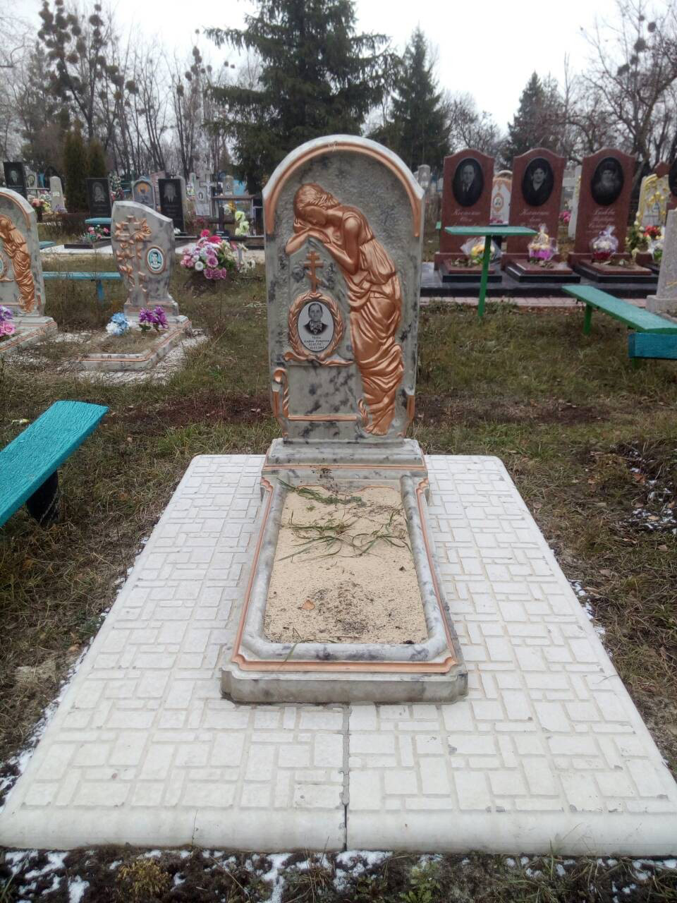 Памятник бетонный, комплект Скорбящая