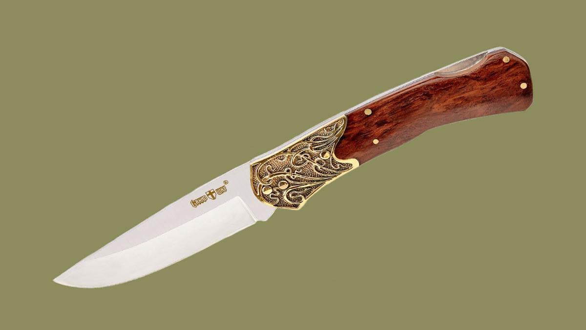 Крупный нож в классическом стиле с красивыми узорчатыми больстерами