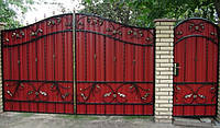 Ворота с коваными элементами и профнастилом