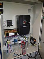 Шкаф управления двигателем на базе преобразователя частоты Hitachi.