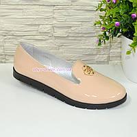 Туфли-мокасины женские лаковые на утолщенной черной подошве. Цвет бежевый.