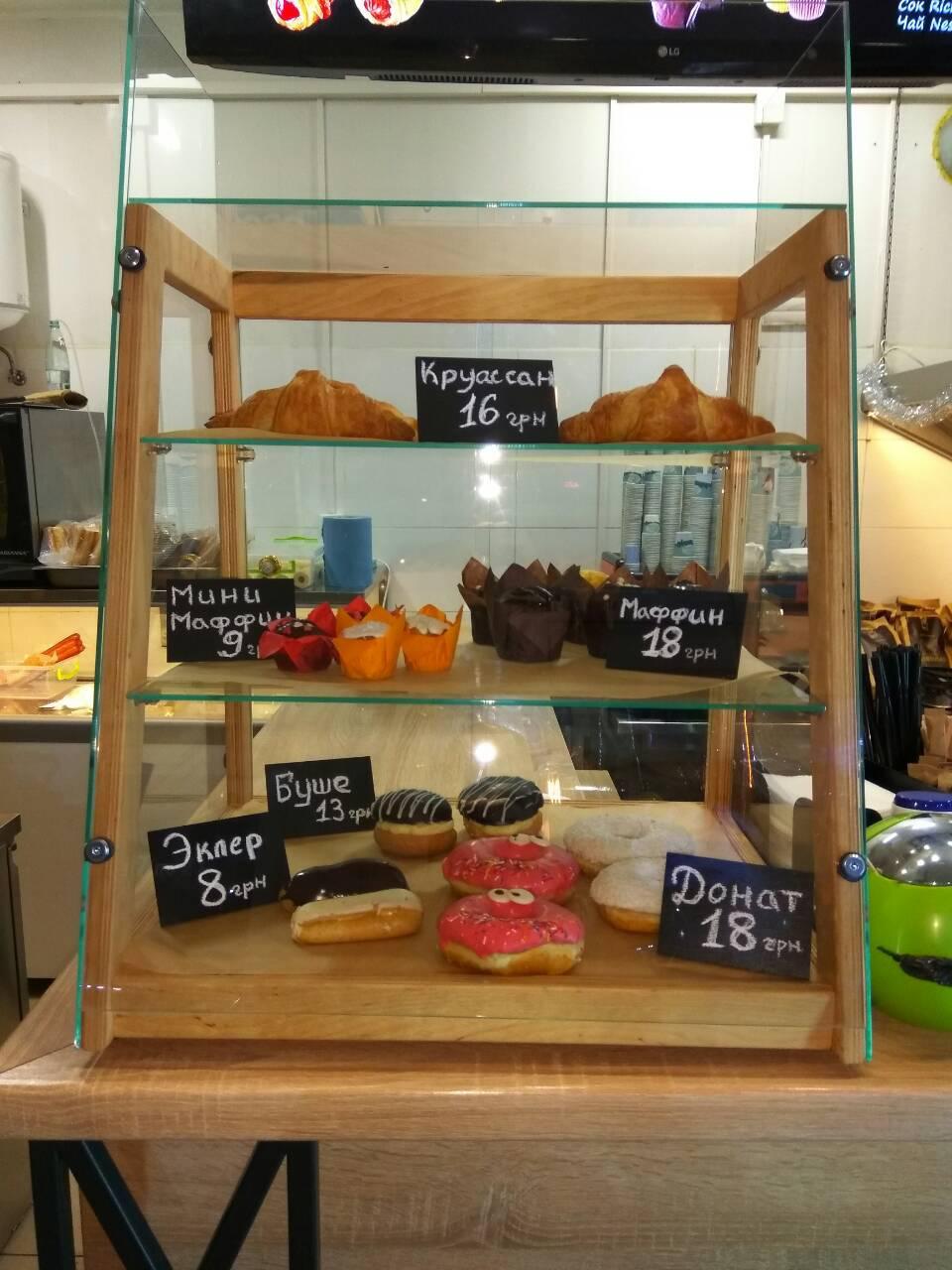 Кондитерская деревянная витрина без охлаждения для выпечки и десертов