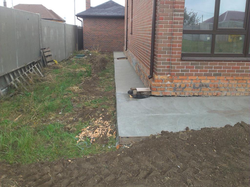 На заднюю часть дома бетон доставлялся вручную, вёдрами, ибо миксер не мог достать везде.