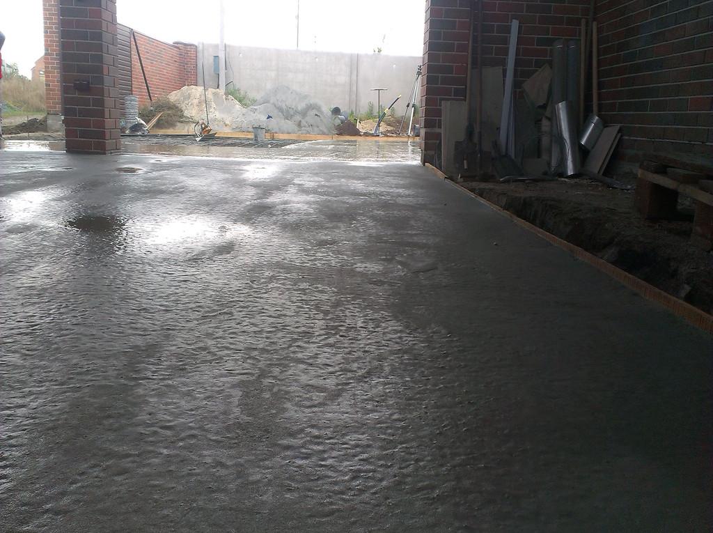 Обычно часов через 6-9 по бетону можно аккуратно передвигаться (летом и через 4-5).