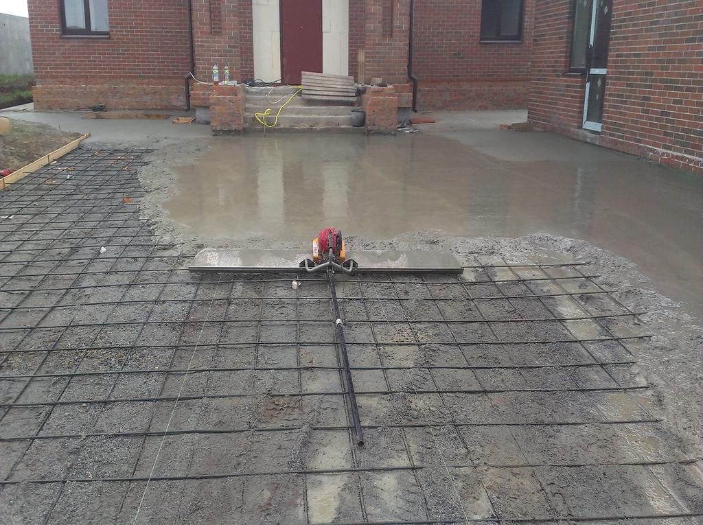 Поверхность разравнивалась плавающей виброрейкой, что позволяло качественно укладывать бетонную смесь.