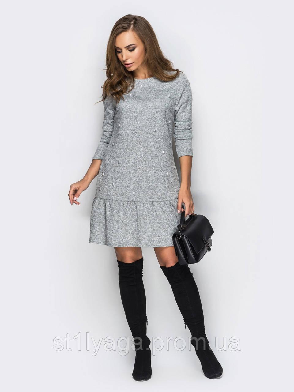 Трикотажное платье с оборкой по низу изделия на полочке украшено бусинами