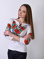 Красивая праздничная вышитая футболка с маками и васильками